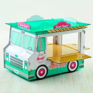 Presenteer je zelfgemaakte of gekochte donuts op deze sweet treat truck stand van Wilton! Deze standaard zal perfect staan als middelpunt op een sweet table. Wilton Doughnut Treat Truck Stand   Deleukstetaartenshop.nl