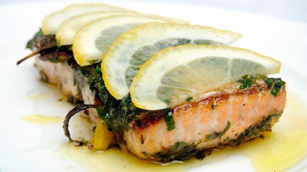 Diese leckeren Lachsfilets mit Zitrone, Rosmarin und Petersilie kann man entweder in der Pfanne oder im Backofen zubereiten.