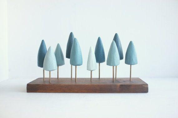 Foresta del pino autoportante in miniatura nei toni del blu e verde acqua - piccola foresta sempreverde da tavolo-