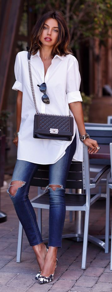 Street style | Oversize white blouse, shredded denim and printed heels