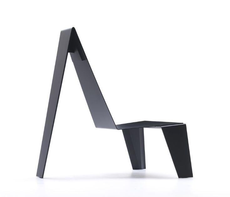 A cadeira Trez, do brasileiro Zanini de Zanine para a Cappellini, é uma releitura baseada nos trabalhos do escultor Amilcar de Castro e do designer Joaquim Tenreiro. A peça tem recorte a laser e é estruturada em chapa de alumínio (4 mm) pintada com tinta spray matte nas cores branca, preta ou vermelha