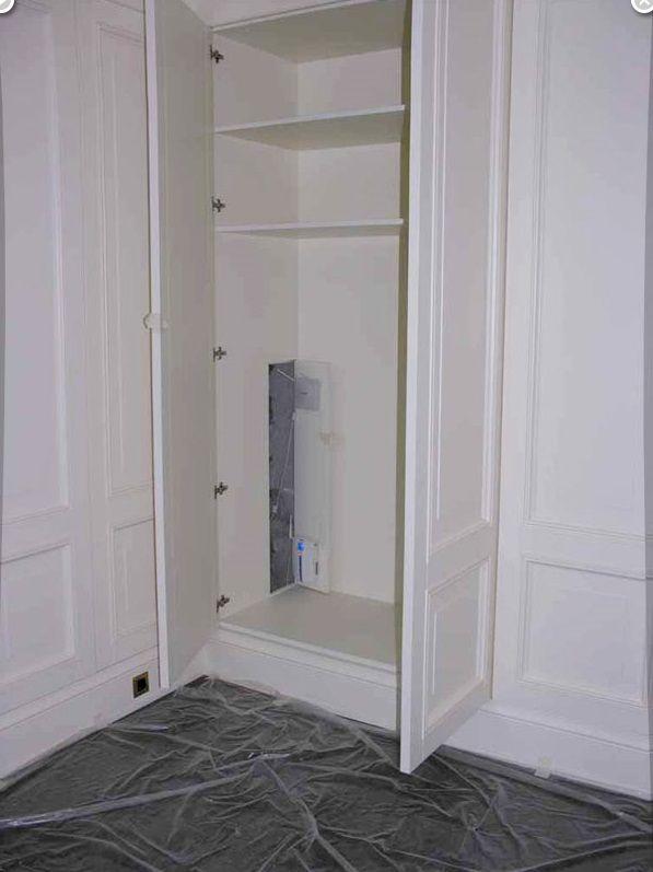 Шкаф в гардеробной одной из спален, за потайной дверью шкафа расположены точки доступа к беспроводной минисотовой телефонной и компьютерной сетям.