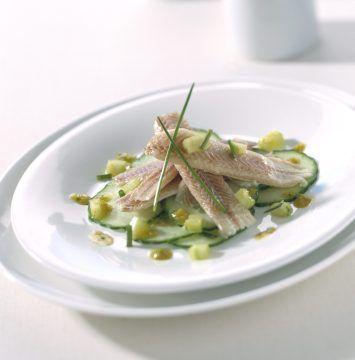 Gerookte paling met komkommersalade en basilicumdressing
