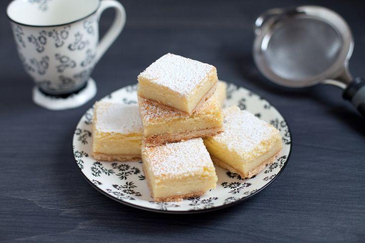 Questi quadrotti, perfetti per accompagnare una tazza di tè o per una merenda dallo spiccato gusto citrino, sono composti da un velo croccante e...