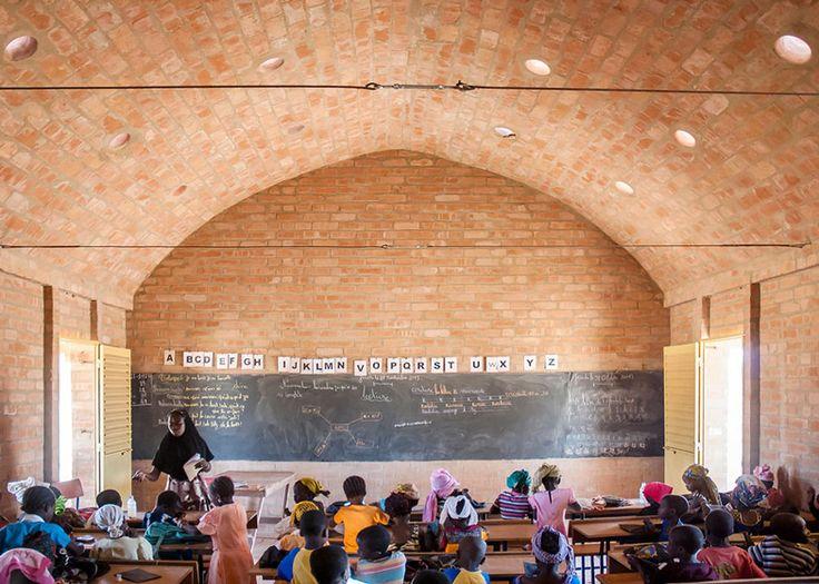 Cada sala de aula pode abrigar até 60 alunos. O teto abobadado empregou tubos cerâmicos que perfuram o telhado trazendo luz e ventilação à sala. Arquitetura: LEVS Arquitetura de Amsterdam.