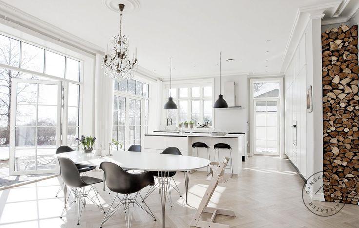 Masser af lys og udsigt fra køkken-alrummet i det nye, arkitekttegnede hus. Arkitekt Thomas Hjort/Danske BoligArkitekter.