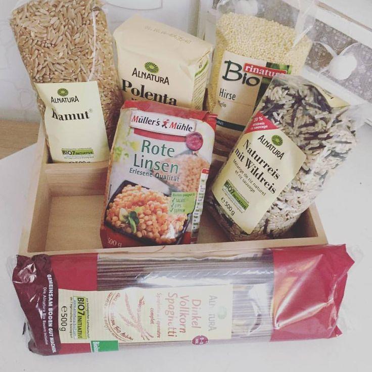 Küchenoraganisation- Getreideprodukte  und noch andere Produkte aus der Sommerzimmer-Speisekammer.