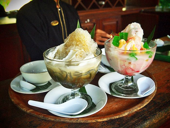 Refreshing traditional desserts: Known as the es campur (mixed ice) in local tongue, this dish contains shredded ice, various fruits, jelly and sweet syrups. (Photo by Mary Sasmiro).