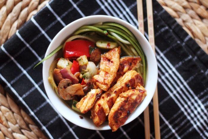 Courgette noedels met (gegrilde) kip en veel groente! Eigenlijk eet je groente met groente met kip; je lichaam gaat blij zijn. Wat heb je nodig voor zo'n 4 personen? 300-400 gram kipfilet 1 courgette 1 bouillonblokje, kip olie groente, …