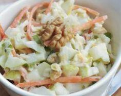 Salade de chou blanc, pommes et carottes : http://www.fourchette-et-bikini.fr/recettes/recettes-minceur/salade-de-chou-blanc-pommes-et-carottes.html