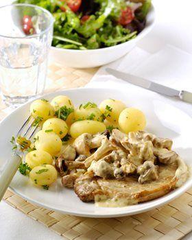 Kotelet, mosterd-paddestoelensaus, kerstomaatsalade en krieltjes met tuinkruiden