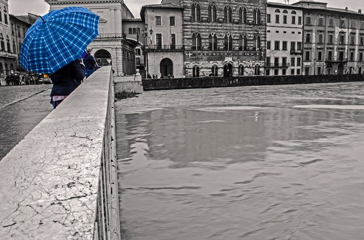 l'Arno in piena e un ombrello blu....