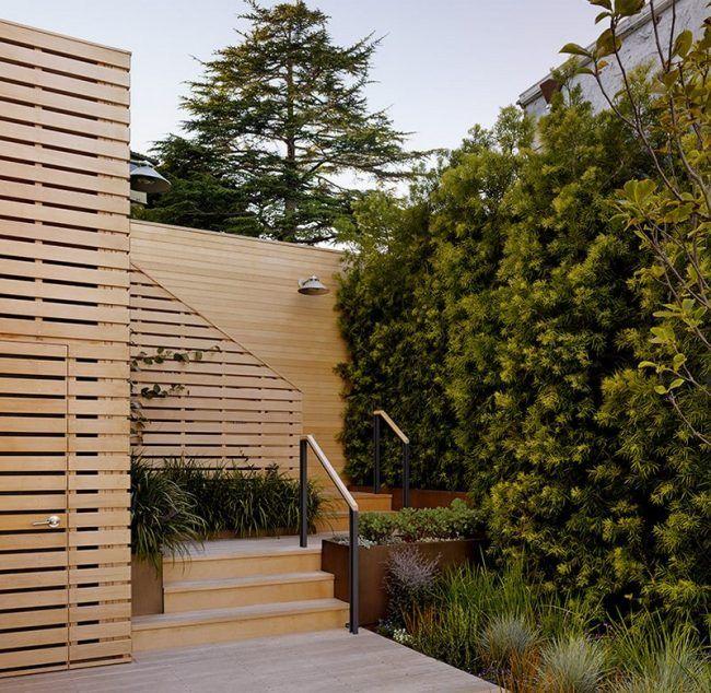 Gartenzaun holz gartendusche terrasse hohe pflanzen sichtschutz holzgarzez une zaun garten - Gartendusche holz ...