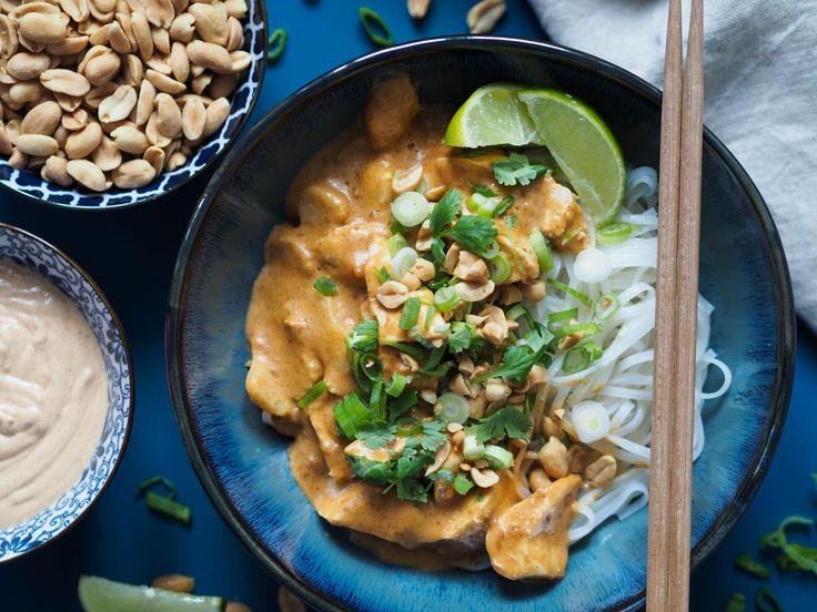 Kylling i peanøtt og kokossaus med nudler og vårløk