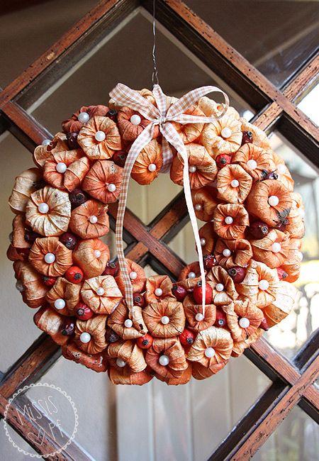 Physalis im Mittelpunkt, herbstlicher Türschmuck mit Lampionblumen und Hagebutten :: DIY door wreath made of physalis and rose hips