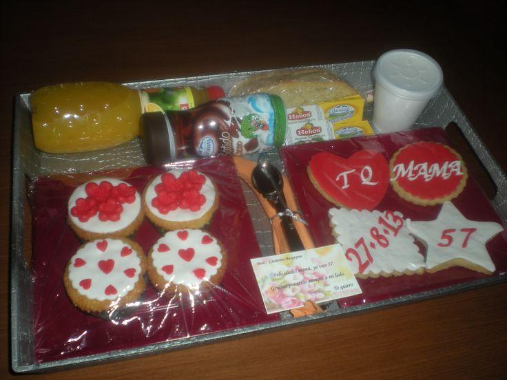 Desayuno todo de dulce! Cupcakes, galletas, tostadas, mantequilla, mermelada, zumo, batido y café, todo en una elegante bandeja!
