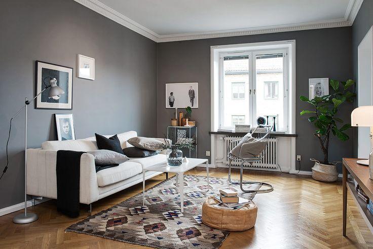 Дизайн серой гостиной комнаты с белым диваном