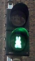 Na semaforu v nizozemském městě Utrecht se objevilo krycí sklo ve tvaru populární kreslené postavičky, zaječice Miffy. Tu v roce 1955 vymyslel pro svého syna nizozemský spisovatel, umělec a ilustrátor Dick Bruna...