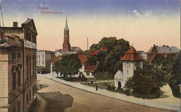 Plac Hindenburga (ob. Plac Keplera) na kartce pocztowej z około 1920 roku. Budynek, który wskazuje strzałka, to dawny szpital miejski. Jego otwarcia dokonano 1 listopada 1850 roku, o czym informowała żagańska gazeta Saganer Wochenblatt. W tym samym numerze ukazała się też informacja o sprzedaży nieużytkowanego i grożącego zawaleniem szpitala Św. Krzyża na Przedmieściu Bożnowskim. Do tej pory, w liczącym ponad 7900 mieszkańców Żaganiu, funkcjonował szpital Św. Anny, który mógł przyjąć 12 osób