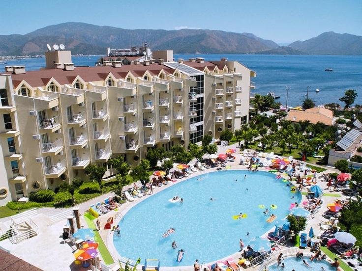 Het 4-sterren hotel Caprice Beach beschikt over een ruim zwembad met tevens een zwembad met 3 glijbanen. Voor de kinderen is er eveneens een speeltuin en miniclub.    Het hotel ligt direct aan het strand waar u tevens heerlijk kunt relaxen en tevens direct aan de boulevard waar u heerlijk kunt wandelen.  Ideaal all inclusive hotel met een perfecte ligging direct aan het strand, goede kidsfaciliteiten zoals 3 glijbanen en verzorgde kamers.   Officiële categorie ****