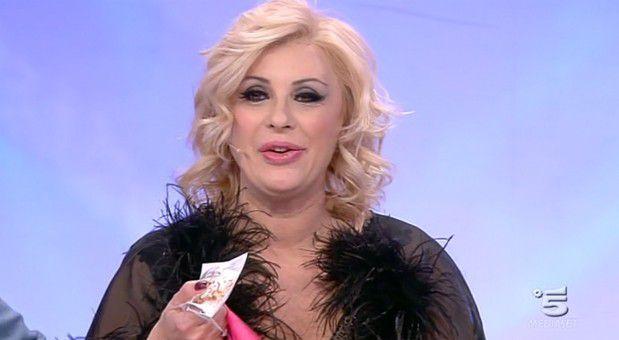 ROMA L' opinionista di Uomini e Donne, Tina Cipollari, partita a Giugno per le registrazioni della trasmissione Pechino Express, è rientrata in
