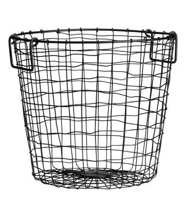 En trådkorg i metall med dubbla handtag upptill. Höjd 25 cm, diameter 28 cm.