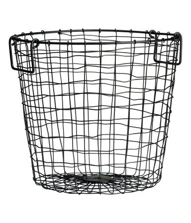 Basket in metal wire with two handles at the top. Height 25 cm, diameter 28 cm.
