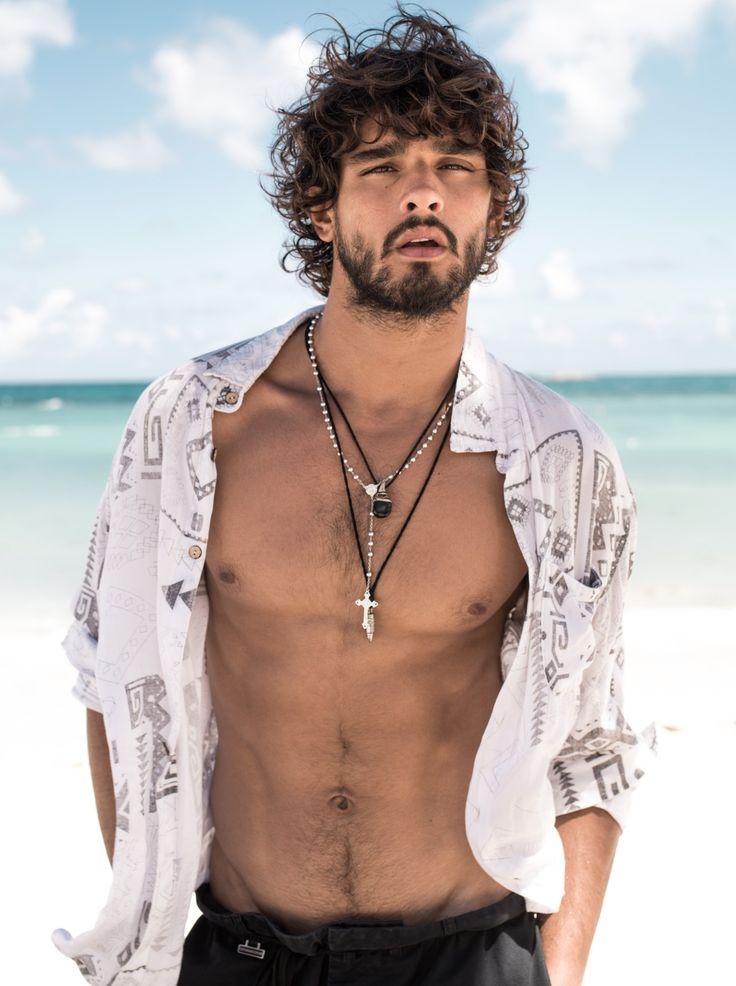 """O surfista de cabelos encaracolados Marlon Teixeira, 22, foi descoberto por Anderson Baumgartner, diretor da agência paulistana Way. Começou a carreira no início de 2008, e desde então não parou. É apontado como o modelo brasileiro de maior projeção internacional do mercado da moda. Já foi capa de """"Vogue"""" Itália, """"Vogue"""" Hommes International e """"L'Officiel"""" Paris, entre outras. Atualmente é rosto das campanhas da Etro, Barney's, H&M e Express."""