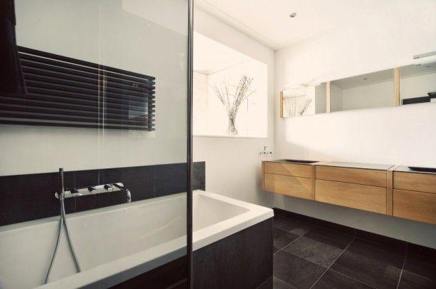 Mooi die combinatie van hout, zwart, wit en grijs in de badkamer #bathroom