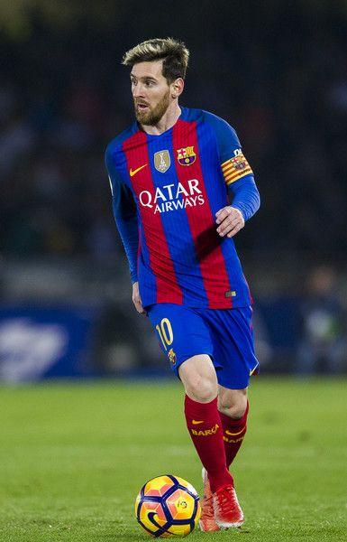 Lionel Messi of FC Barcelona controls the ball during the La Liga match between Real Sociedad de Futbol and FC Barcelona at Estadio Anoeta on November 27, 2016 in San Sebastian, Spain.