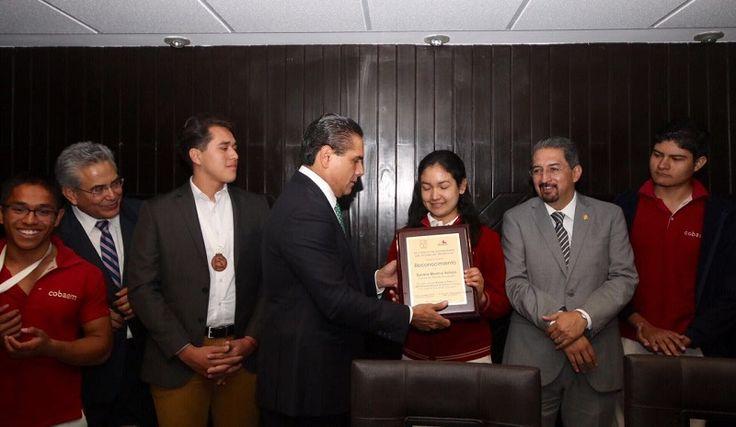 El gobernador de Michoacán entregó reconocimientos a cuatro estudiantes del Colegio de Bachilleres que resultaron ganadores en las Olimpiadas Nacionales de Química y Biología – Morelia, Michoacán, 15 de marzo ...