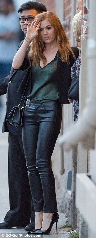 Isla Fisher sizzles in leather trousers as she makes sultry entrance to set of late night show | Daily Mail Online