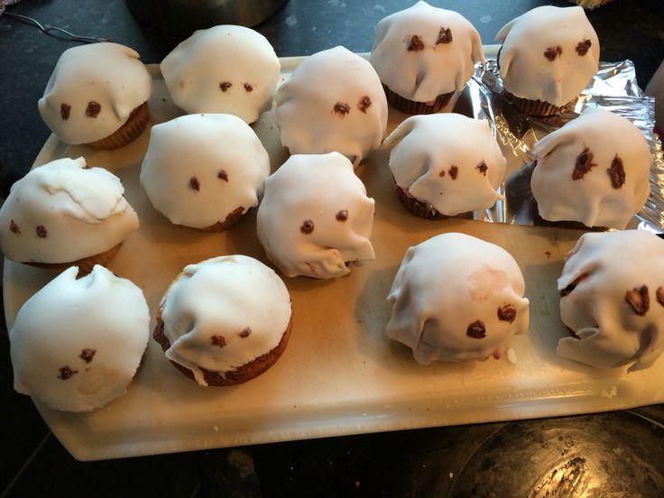 Spørgelysten muffins   - vanille muffin med smarties og chokolade smørcreme  - chokolafe muffins med hindbær mousse