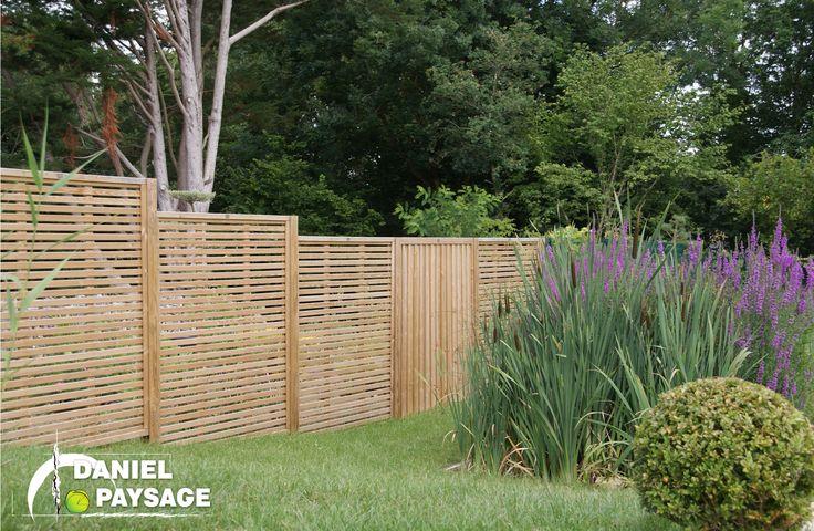 L'association de différents panneaux de clôture permet de casser la monotonie d'une limite de propriété.