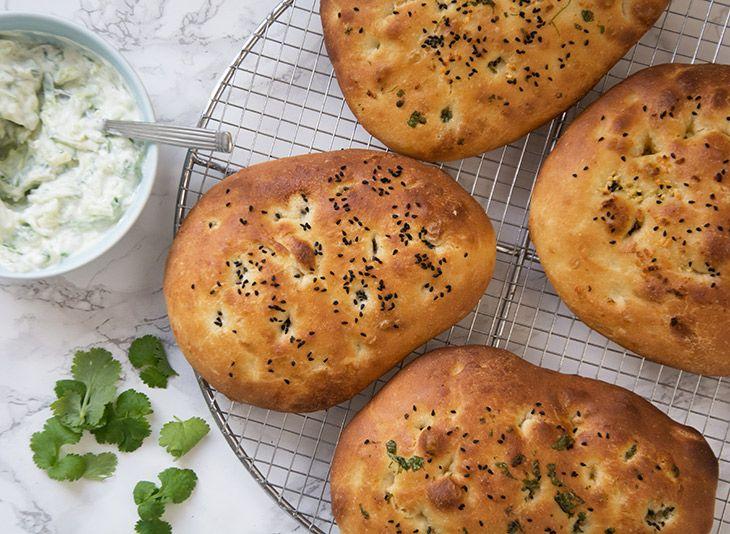 Intet indisk køkken uden et lækkert hjemmebagt naanbrød og de krydrede retter smager himmelsk med en kold agurkesauce - få opskrift
