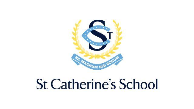 Bienvenue à St Catherines! Voici une photo de notre logo de l'école. À notre école, nous avons 650 filles. l'école est pour les filles. bleu clair, jaune et bleu marine représentent les couleurs de notre école. Nous avons ces couleurs sur notre uniforme.
