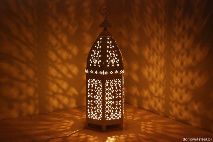 Piękny duży metalowy lampion rozświetlany przez wygodną i mocną klasyczną żarówkę. Dzięki perforowanej obudowie w symetryczne wzory lampion rzuca wyraźne cienie i półświatła, nadając wyjątkowy półmroczny klimat.