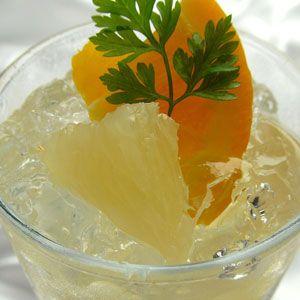 Při přípravě tohoto prostého receptu vás lehce zdrží snad jen loupání samotného grapefruitu. Jinak je toto smoothie hotové, než bys řekl švec. Ingredience: 2 grepy 4 lžíce cukru či medu 1/2 hrnku vody Špetka mleté skořice Postup: Grep a jeho jednotlivé měsíčky oloupeme, zbavíme pecek a vložíme do smoothie makeru. Přidáme cukr nebo med a… Celý recept »