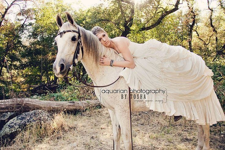 beautiful photo of a bride on a horse in her wedding gown #naturalwedding