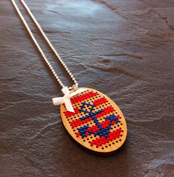 Collier brodé au point de croix motif Ancre bleu marine rayé rouge et noeud en satin blanc !
