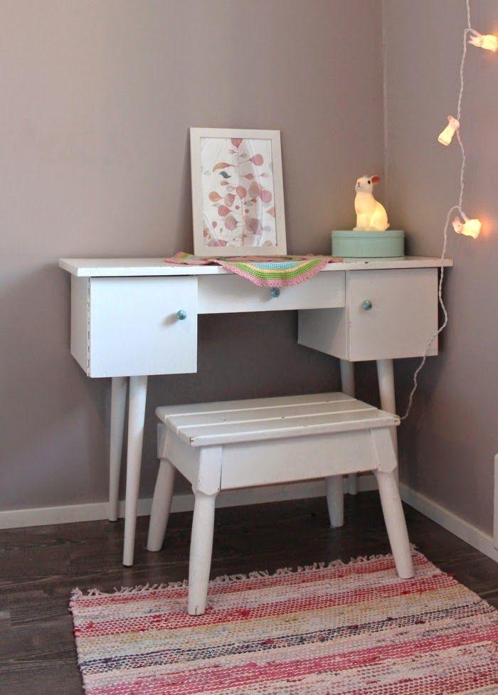Elämää pohjolassa: Lastenhuone. Kids desk. Pieni kani yövalo.