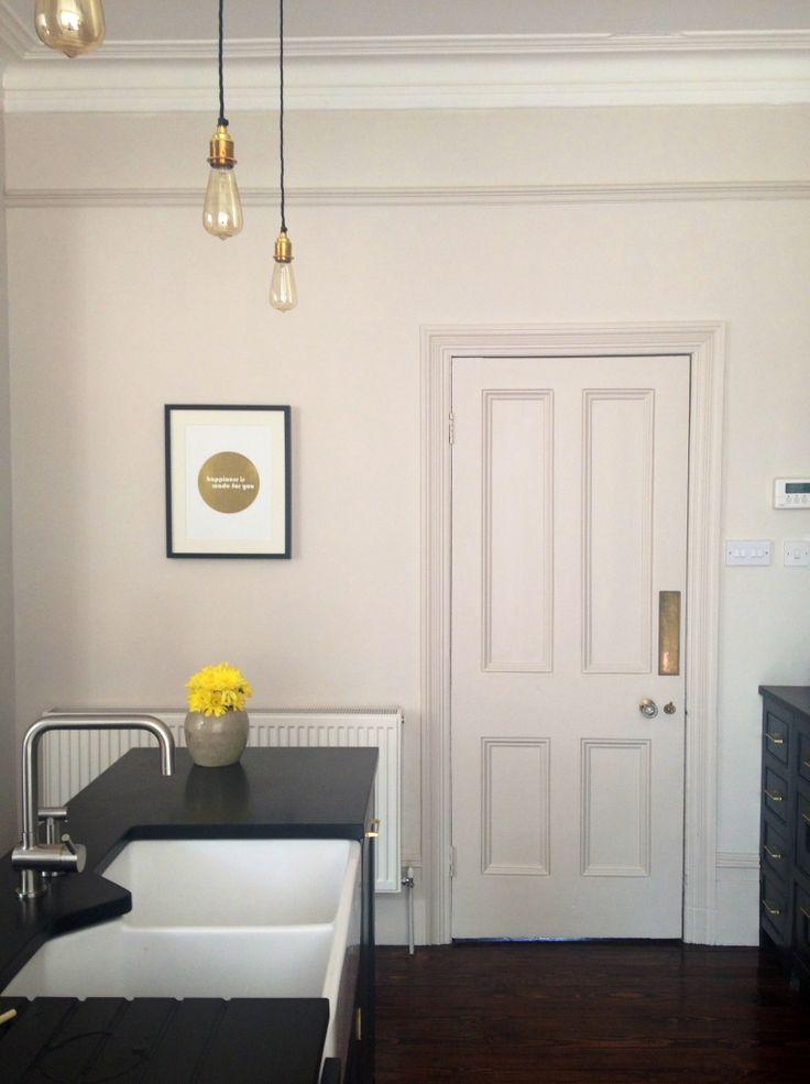 Black kitchen // gold brass kitchen accents // skimming stone farrow & ball