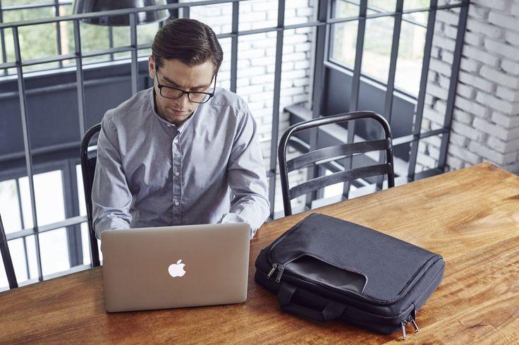 › 어드번스는 다섯가지의 다양한 싸이즈로 상품화 되었으며 튼튼한 내구성과 패딩이 들어있어 노트북과 태블릿의 수반이 자유롭운것이 특징입니다.  장거리 여행이나 해외 출장시 적갑한 모델로 수납에 편의한 다양한크기의  슬롯과 포켓이 구성되어져 있습니다.