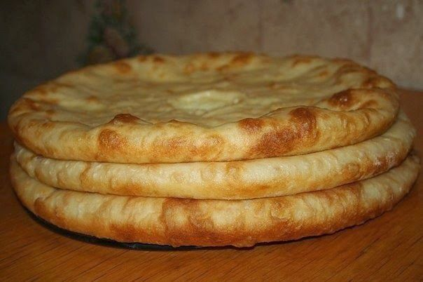 МАСТЕР ШЕФ...: Осетинские пироги с мясом, с картошкой и сулугуни. ●100 мл.молока ●2 ст.л. сметаны ●200 мл. кефира ●1 яйцо ●1 ч.л. сахара ●1\2 ч.л. соли ●2 ч.л. сухих дрожжей ●500-600 гр.муки Для начинки: ●800 г фарша (у меня свинина\говядина) ●1 луковица ●4 ст.л. теплой воды ●4 отварные картофелины ●200 г. сулугуни ●100 г. сливочного масла ●соль, перец.