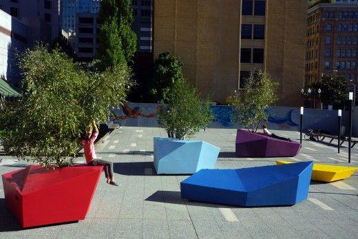 Nomadic Grove est une installation réalisée en 2012 au Musée d'art contemporain Juif à San Francisco par Rebar. Les îles en pierres précieuses, individuell