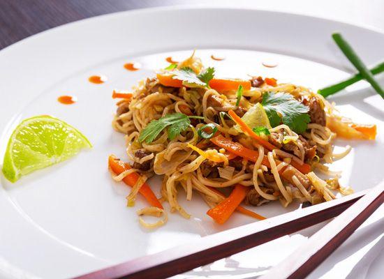 Diese Shirataki Nudeln mit schmackhafter Erdnuss Sojasoße und leckerem Gemüse sind eine gesunde Alternative zu gebratenen Nudeln vom asiatischen Takeaway!