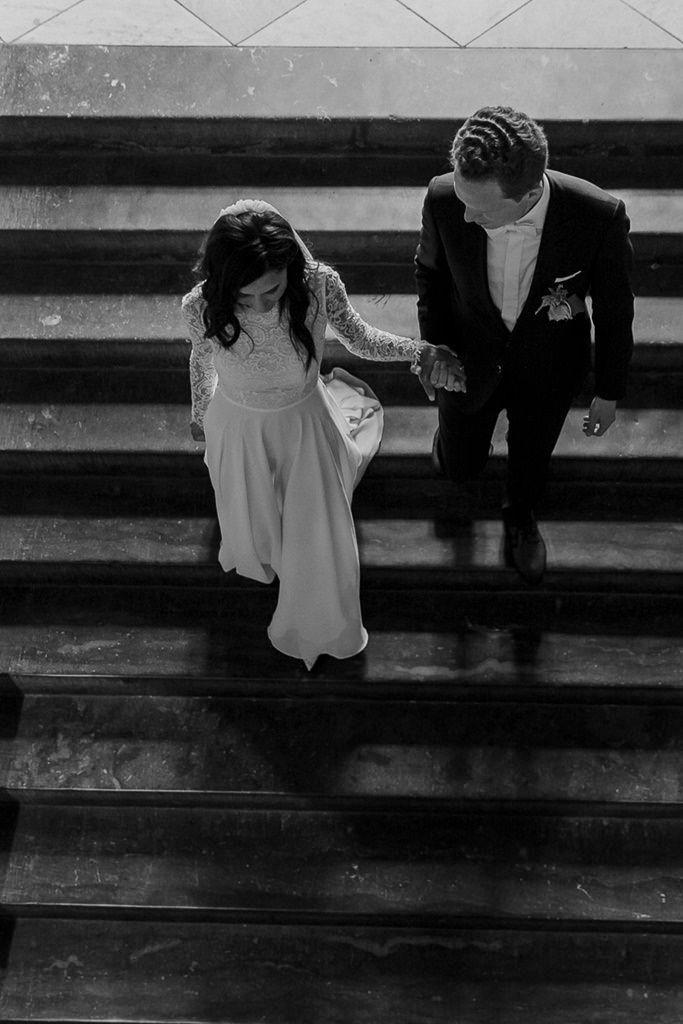 Ungestelltes Paarfoto Von Oben Braut Und Brautigam Auf Einer Treppe Standesamtliche Hochzeit Hochzeitsfotos Hochzeitsfoto Posen