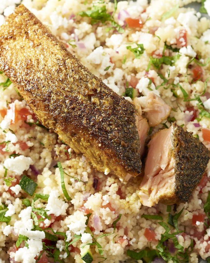 Een heerlijk stukje vis met Marokkaanse smaken, deze zalm ras el hanout met couscous met groentjes en feta erover gekruimeld. Snel klaar en overheerlijk!