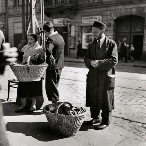 A Family of Bagel Peddlers, Warsaw, 1938 [Gelatin silver print], by Roman…