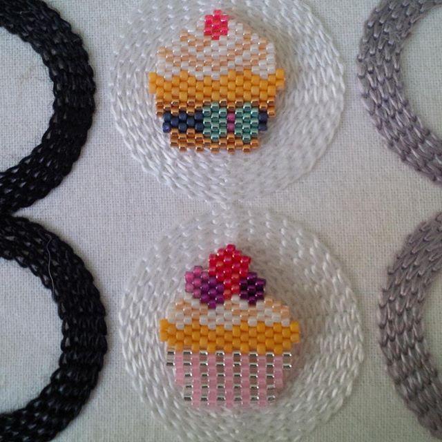 Petite pause dans le tissage du renard en m'amusant avec des cupcakes directement inspirés du site japonais beadsfactory.co.jp  J'ai mixé plusieurs modèles, mais il faudra refaire le noeud de celui du haut. Plein de modèles en tête!  #beadsfactory #beads #beading #miyukibeads #cupcake #cupcakes #jenfiledesperlesetjassume #tissage #tissageperles #perlesaddict #perlesaddictanonymes #diy #handmade